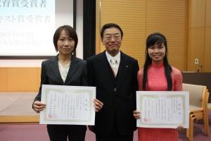 左から川野(山下)絵美さん、西澤学長、トラン・ティ・アンさん