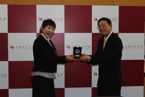 西澤良記学長から表彰を受ける藤井律子准教授