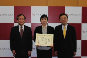 右から、西澤良記学長、藤井律子准教授、宮野道雄副学長・女性研究者支援室運営委員長
