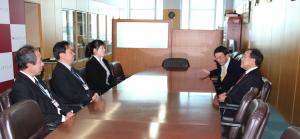 会議室での懇談の様子。 右に、西澤学長、宮野副学長。左に藤井先生、藤井部長(大学運営本部)、平井課長(研究支援課)。