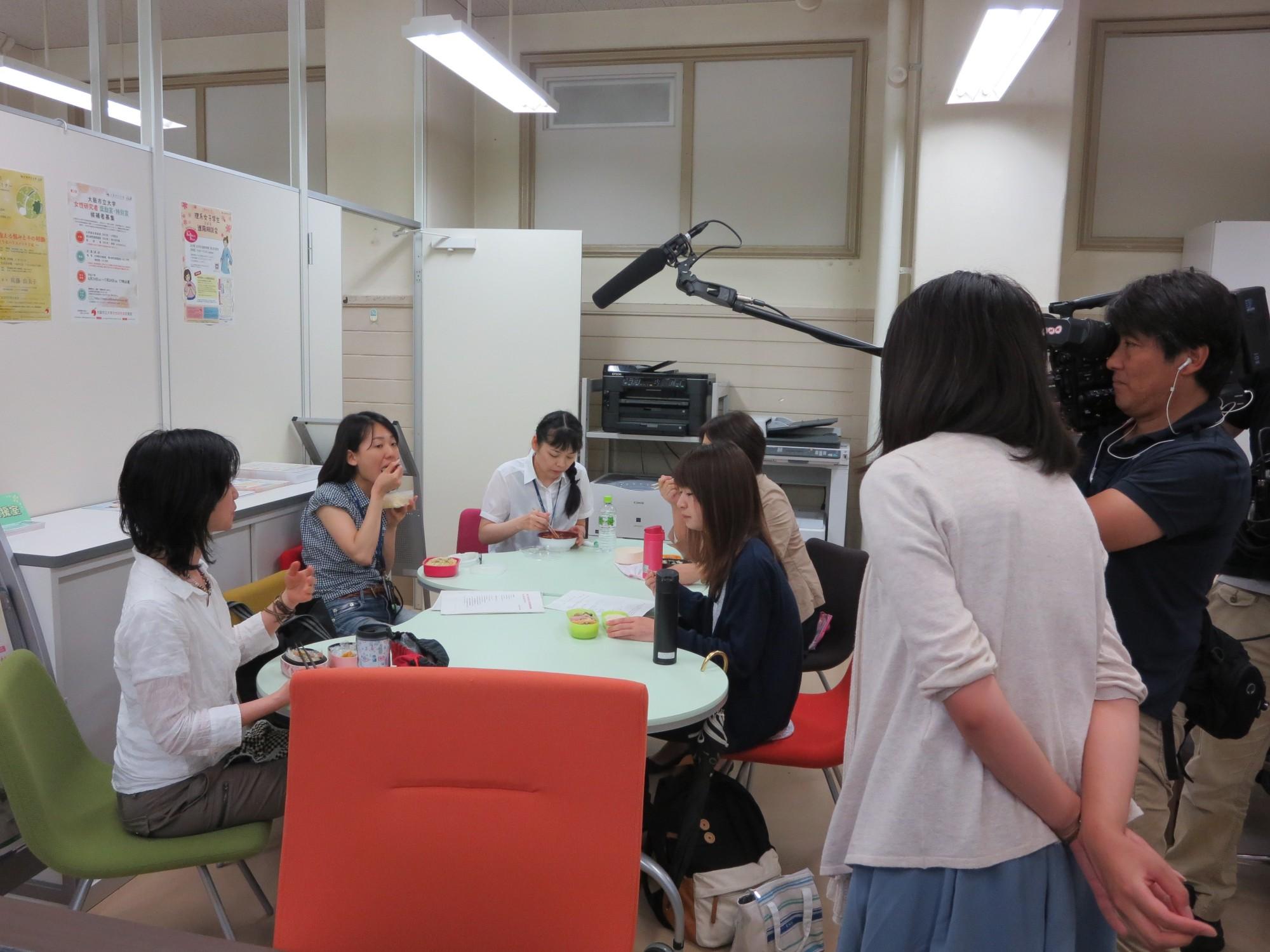 女性研究者支援室での取材風景(ランチミーティングの様子)