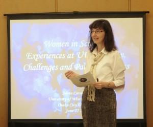 写真:シルヴィア先生のプレゼンテーションの様子