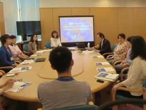 写真:シルヴィア先生を囲んでの質疑応答と討論会の様子